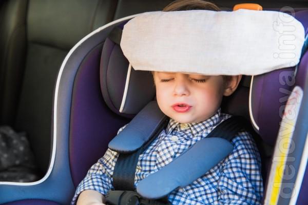 Засыпая в автокресле во время путешествия в автомобиле, малыши часто