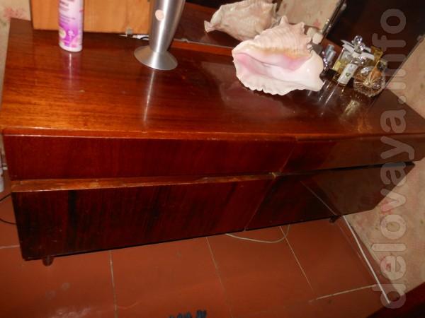 Продам туалетный столик - 210 гр.    Продам тумбочки прикроватные