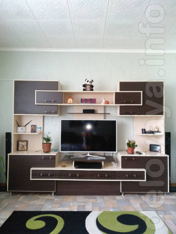Продам стенку а зал под ТВ,много полок и ящиков,размер2700 ширина.выс