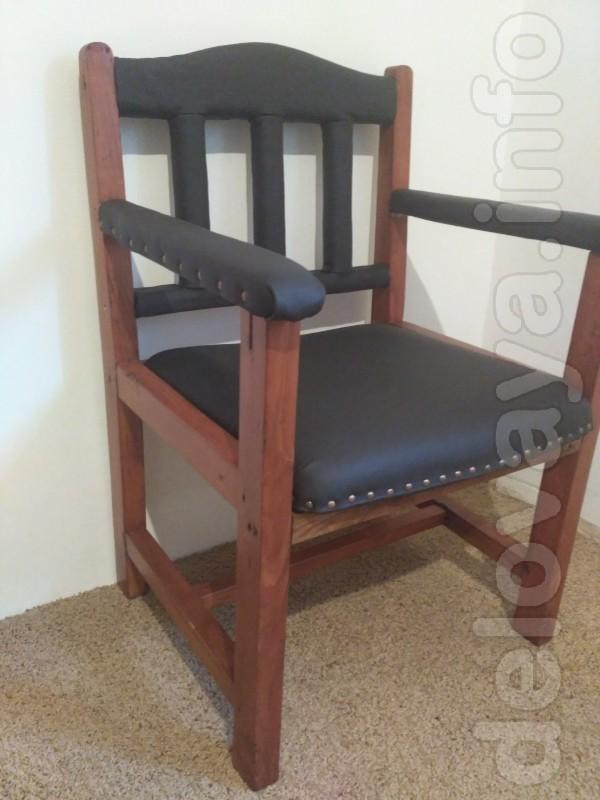 Кресло изготовлено из массива липы. Покрыта водным лаком с тонировкой