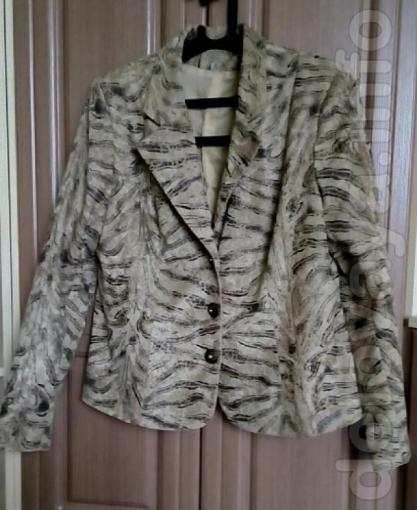 Женский пиджак,в хорошем состоянии  52 размер  Цвет: бежевый с кори