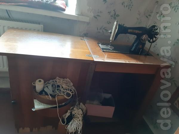 Продам швейную машинку Подольск со столом тумбой.Все отлично работает