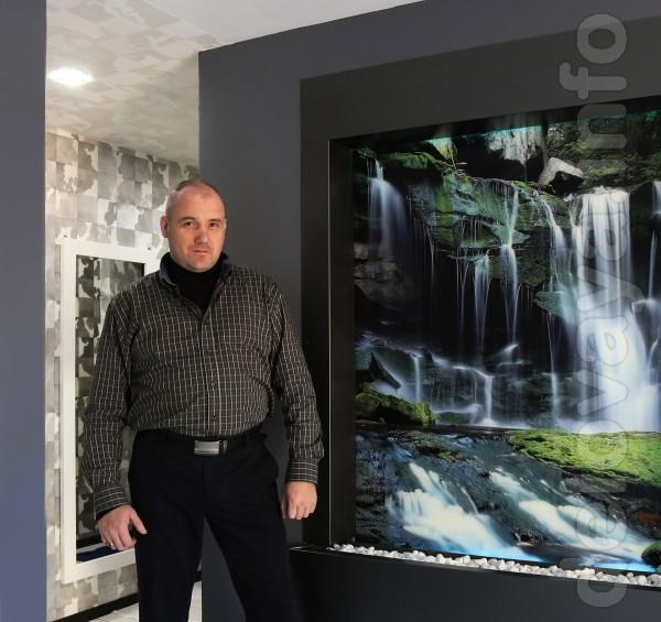 Современный водопад по стеклу в дизайне интерьера – это область, в ко