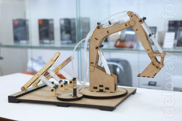 Игровой набор-конструктор для создания гидравлического экскаватора. Л
