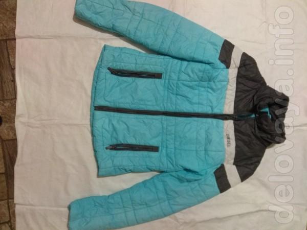 Женская куртка в хорошем состоянии есть капишон, очень лёгкая и непро