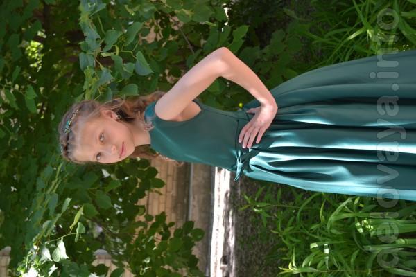 Шикарное пышное платье из королевского атласа изумрудного цвета, для