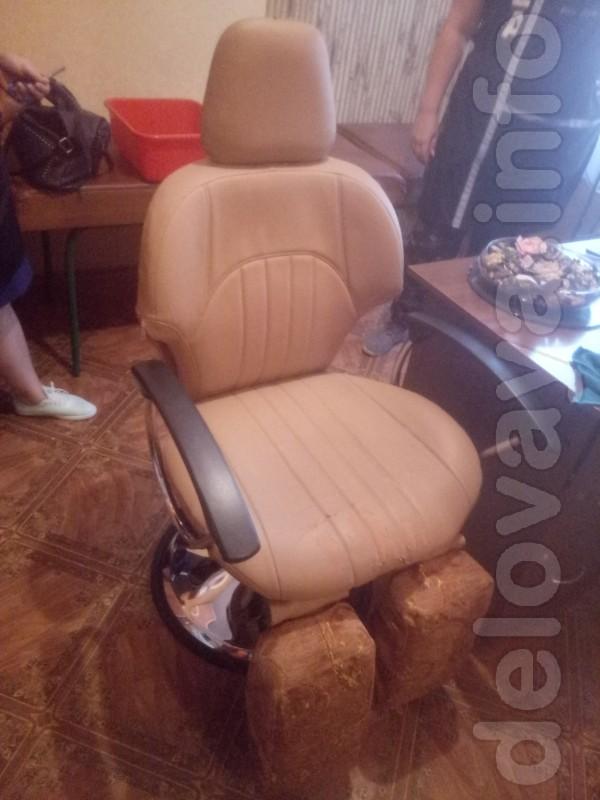 Кресло маникюрное в отличном состоянии -обшит кожей,кожа в отличном с