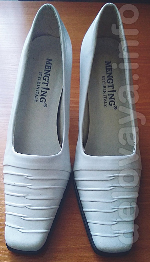 Продам белые женские туфли 'Mengting'. Новые. Размер: 36 (длина стель