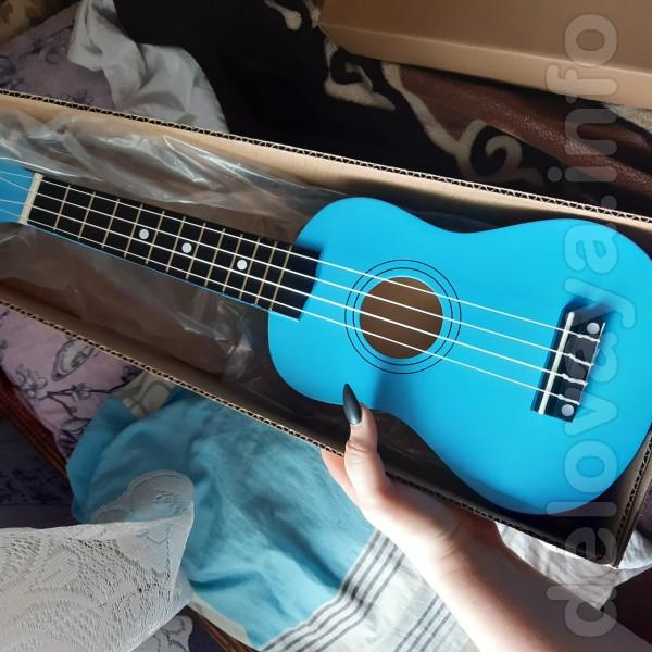 Подарили гитарку человеку, которому она совсем не нужна :D 4 струны 1