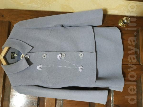Женский костюм: пиджак и прямая юбка выше колен, сзади с разрезом. В