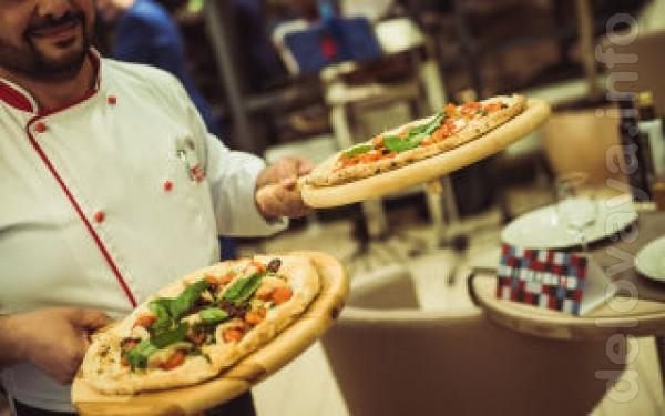 В піцерію запрошуємо на роботу кухаря, піццайоло, офіціанта. Т. 050-9