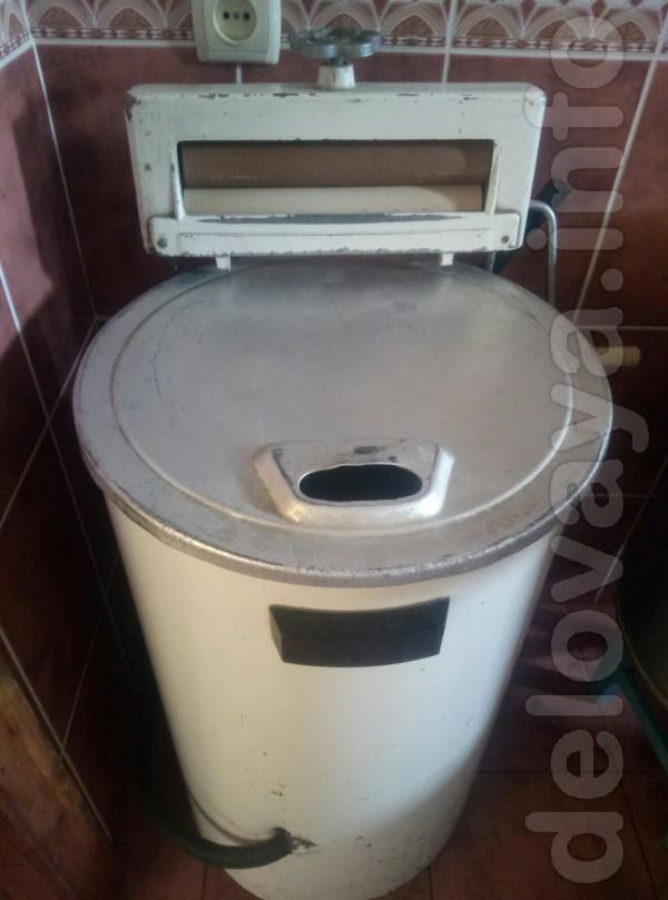 Машинка стиральная, круглая в хорошем состоянии. Названия на ней нет.