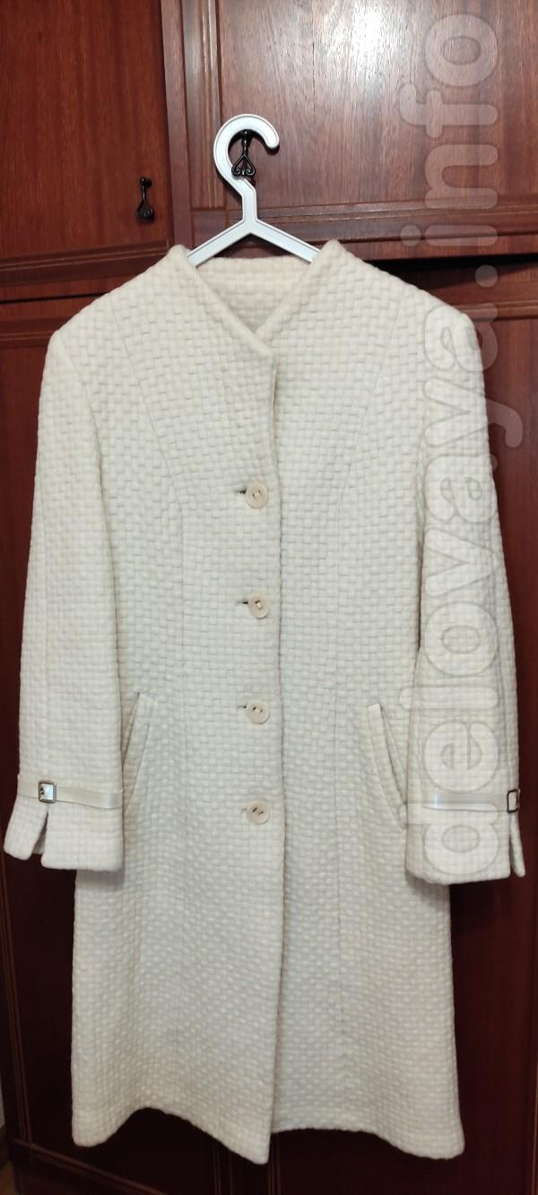Продам белое  драповое демисезонное пальто, б/у, р.46-48, в хорошем с
