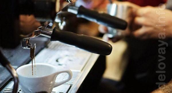 Девушка, продавец-бариста в кофейный киоск в районе ц. рынка. Полная