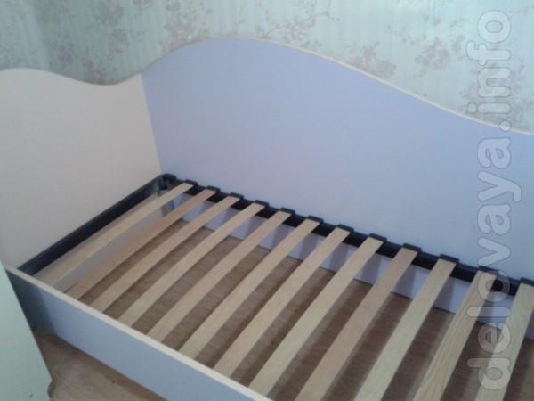Продам кровать и полку из ламинированого ДСП для маленькой принцессы.