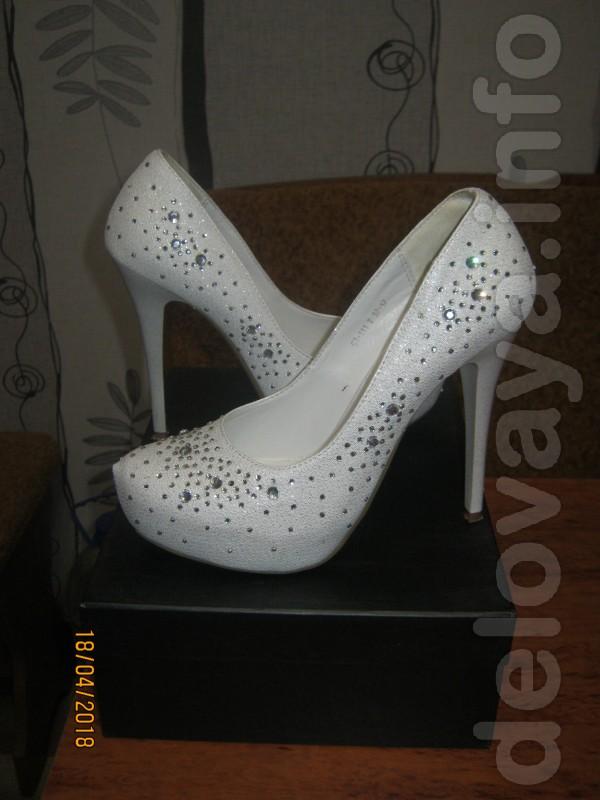 Продам свадебные туфли в очень хорошем состоянии. Размер 37. Удобные